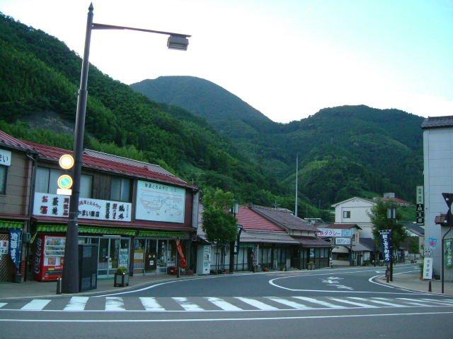 津和野のお隣、山口県阿東町「道の駅願成就温泉」の案内板によると、近くに静御前のお墓があるという。